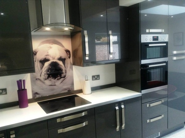 Nhà bếp đẹp và độc đáo với kính cường lực được in hình2