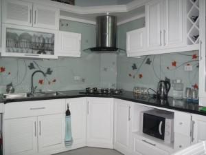 Nhà bếp đẹp và độc đáo với kính cường lực được in hình